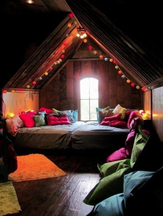 Уютное место для отдыха на чердаке