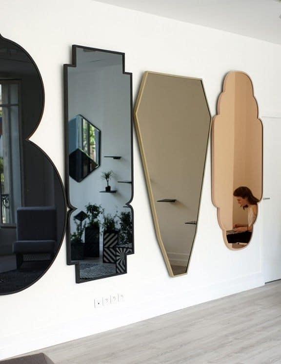 Раскадровка: несколько вертикальных зеркал на одной стене фото