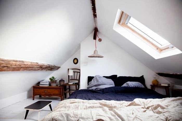 Стены в комнате на чердаке можно просто побелить