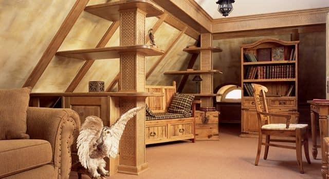 Комната над крышей с деревянной мебелью