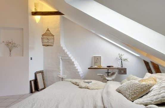 Белоснежная комната под крышей на чердаке