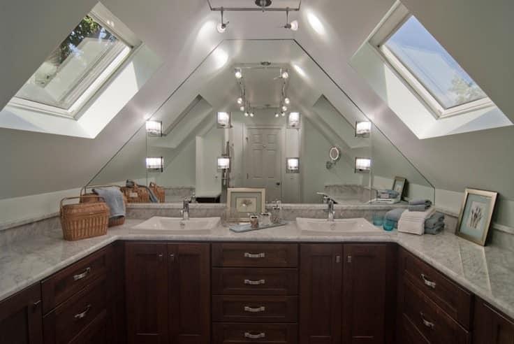 На чердаке под крышей можно сделать ванную комнату