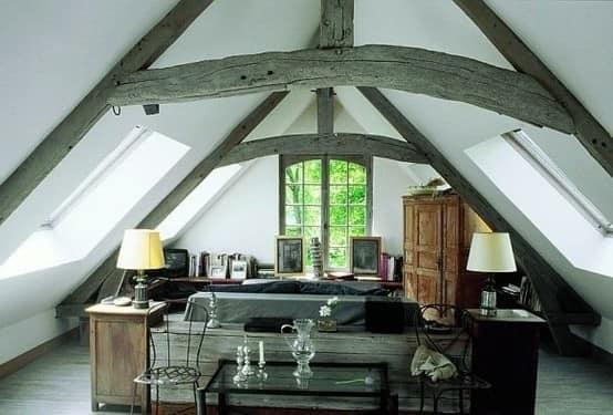 Комната на чердаке с открытыми стропилами