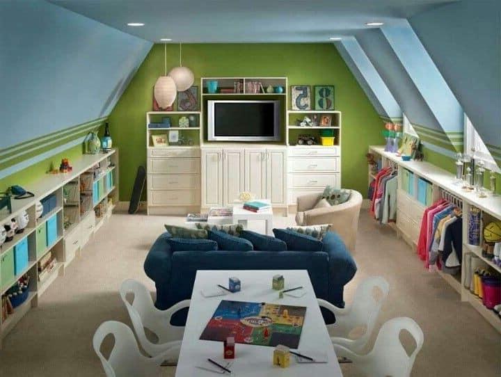 Просторная детская комната под крышей