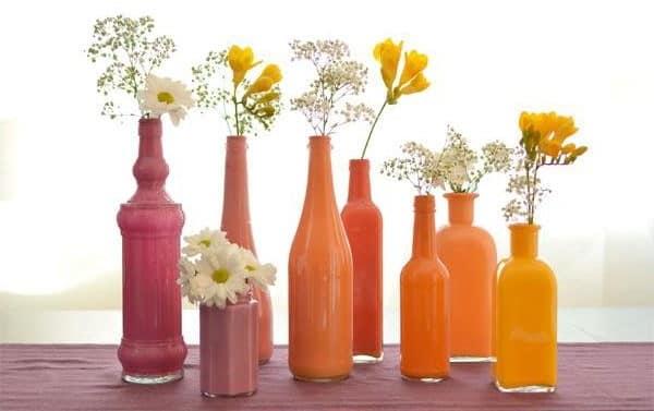 Яркие вазы из стеклянных бутылок своими руками