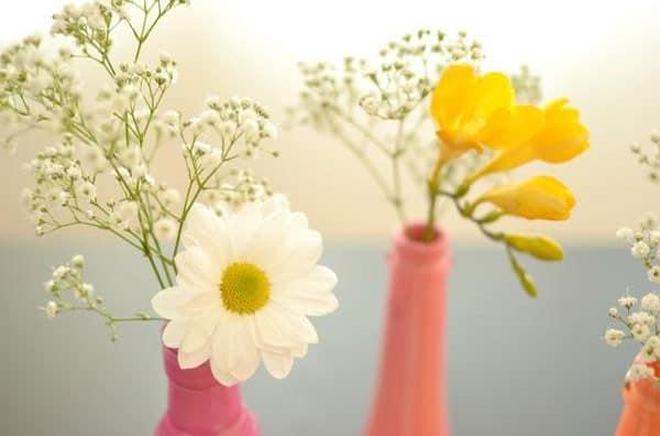 Вазы из бутылок можно украсить цветами