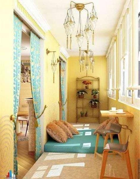 Застекленный балкон с лежанкой для отдыха