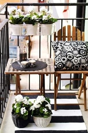 Деревянная мебель в маленьком уголке отдыха на балконе