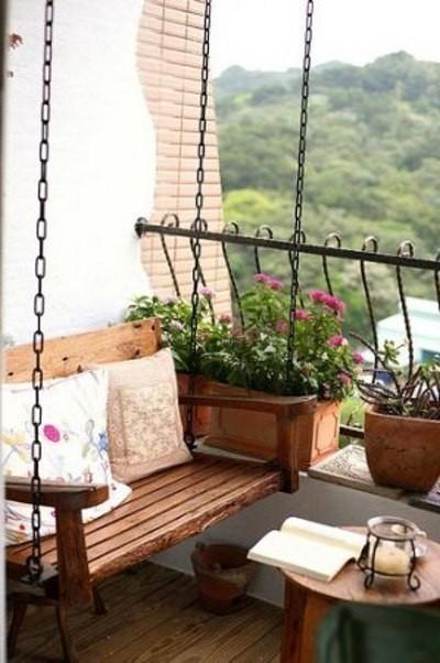 Подвесная скамейка для отдыха на открытом балконе