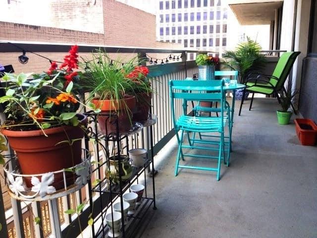 Пластиковая мебель для отдыха на открытом балконе
