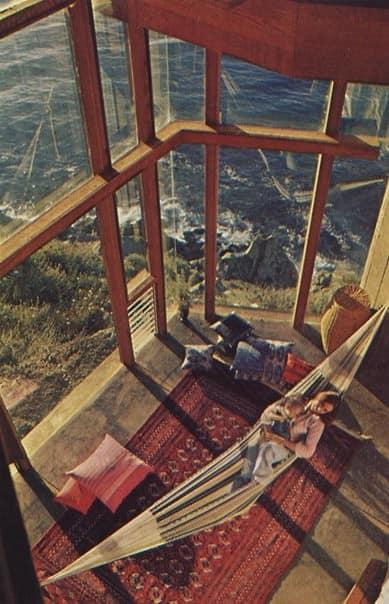 Гамак на большом застекленном балконе