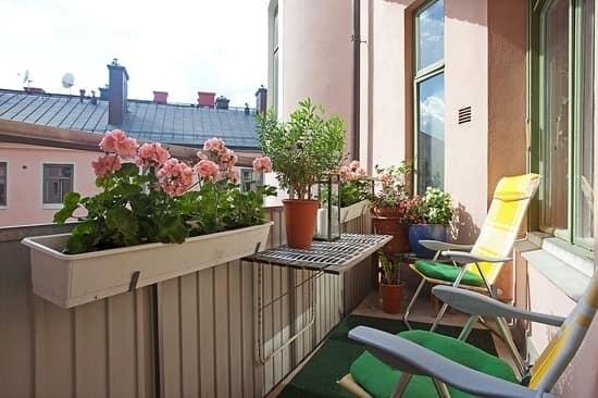 Складная мебель в уголке отдыха на маленьком балконе