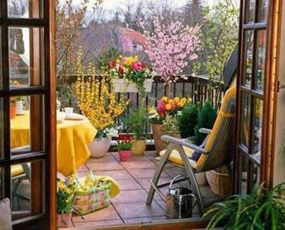 Место отдыха со столиком на маленьком балконе