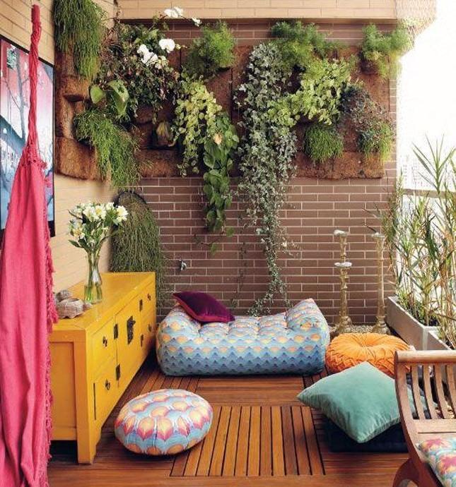 Подушки и пуфики для создания уютного уголка отдыха на балконе и лоджии