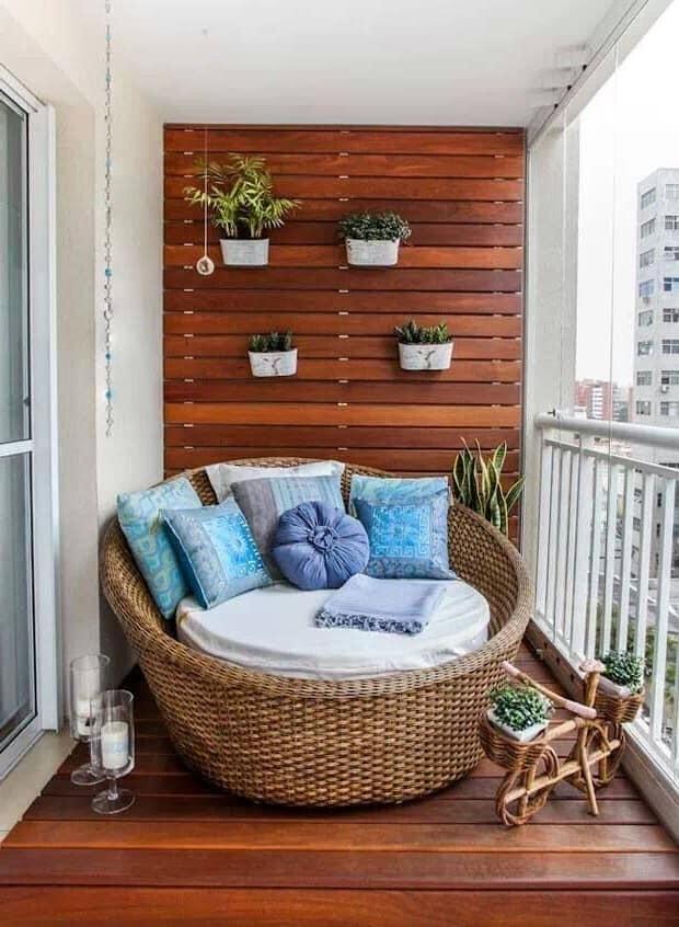 Плетеное кресло на маленьком балконе