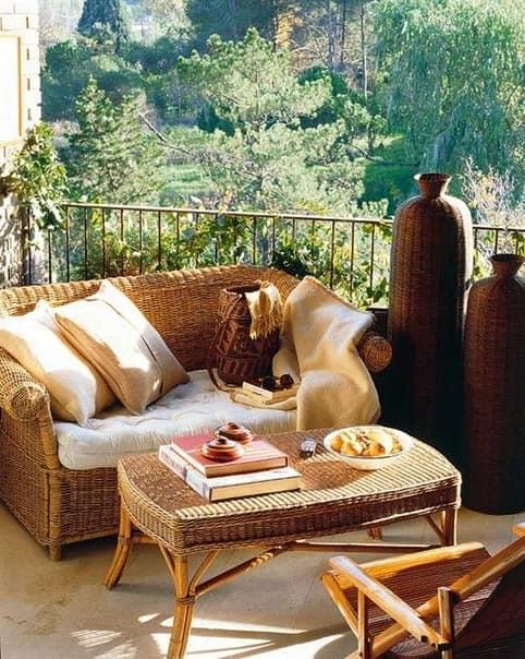 Место для чтения книжек с плетеной мебелью