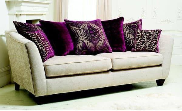 С помощью фиолетовых подушек можно создать ощущение роскоши