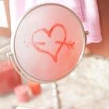 Рисуем сердечки на зеркалах