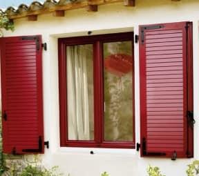 Красные деревянные декоративные ставни