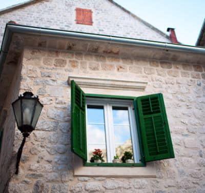 Зеленые деревянные ставни на окнах
