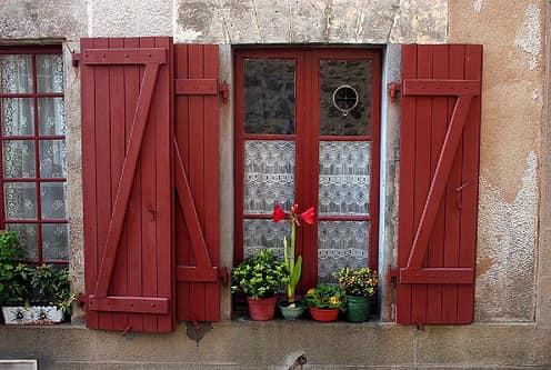 Красные деревянные ставни под цвет рамы