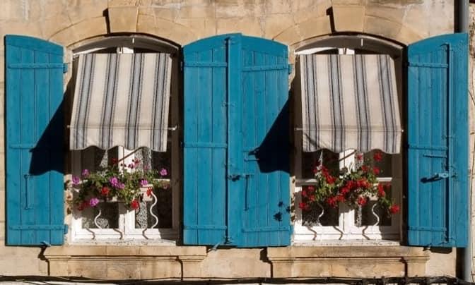 Бирюзовые деревянные ставни во Франции