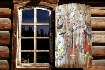 Расписные деревянные дачные ставни на окнах