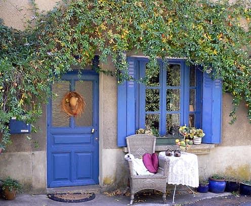 Синие ставни, дверь и горшки в одном стиле