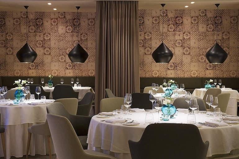 Столики и декор ресторана в отеле Dollerer's