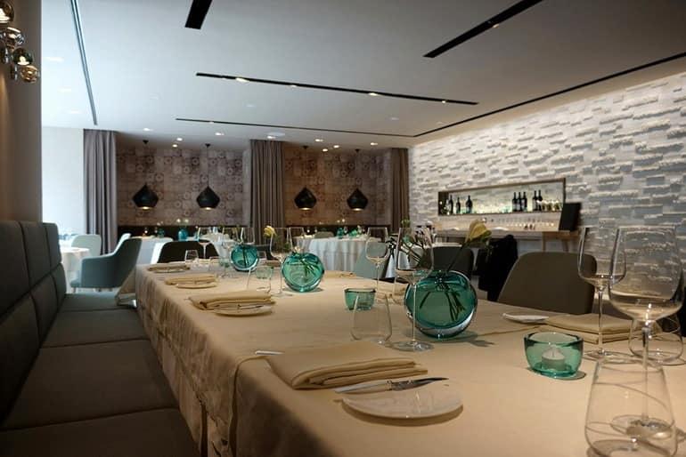 Большой стол для деловых встреч и большого числа гостей в отеле Dollerer's