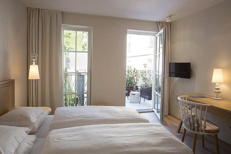 Кровать и столик в номере отеля Dollerer's