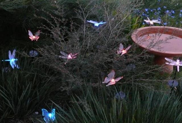 Светильники - бабочки в траве на солнечных батареях
