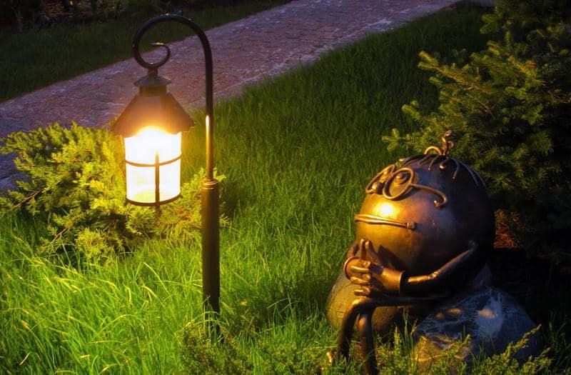 Миниатюрный светильник-фонарик и садовая фигурка