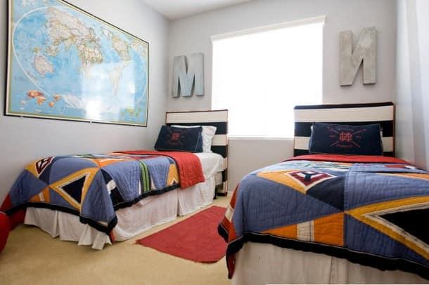 Две кровати рядом в комнате для мальчиков фото