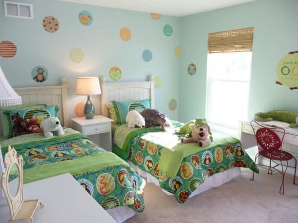 Две кровати рядом в комнате для девочек фото