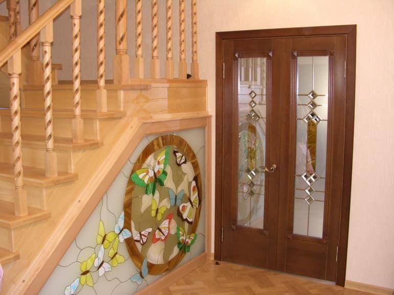 Витраж на двери и пространстве под лестницей