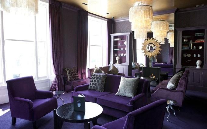 Фиолетовый диван в темном интерьере фото