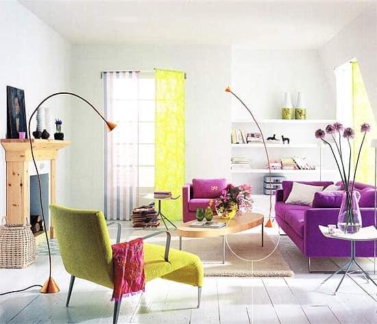 Яркий диван и другая мебель в интерьере на фото
