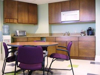 Фиолетовые детали в кухне цвета натурального дерева