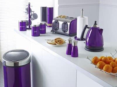 Фиолетовая посуда на белой кухне