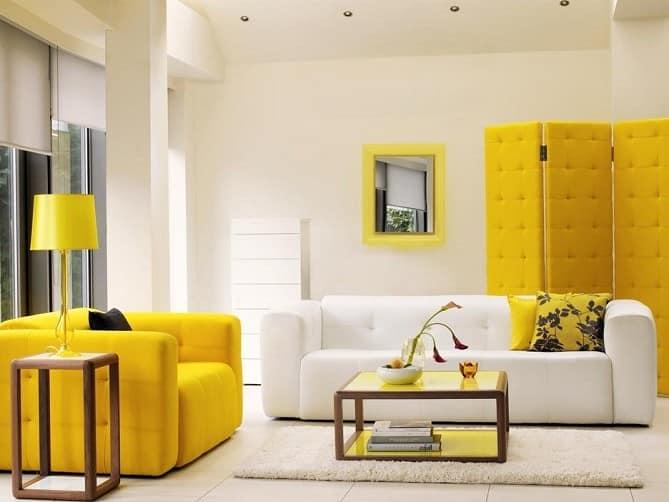 Сочетание желтого и белого: диваны в гостиной