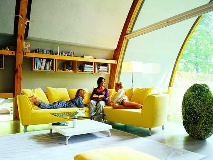 Яркий желтый диван в комнате на чердаке