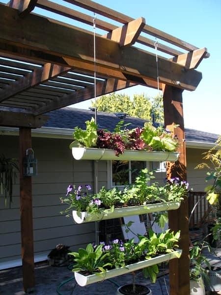 Как сделать подвесной сад из водосточного желоба своими руками