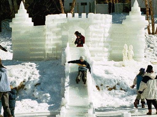 Ледяной замок с горкой