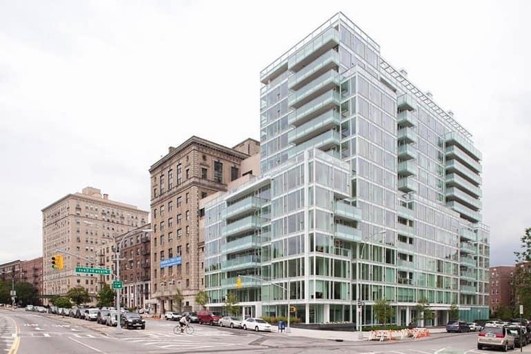 Сам дом со стеклянными панелями в Нью-Йорке