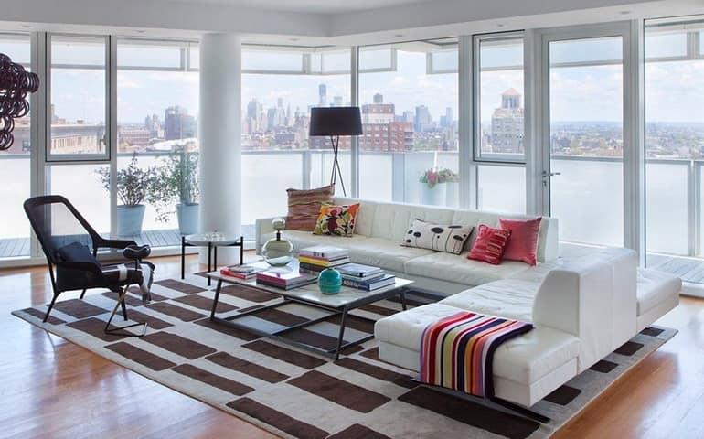 Уютная гостиная с панорамным видом на Нью-Йорк