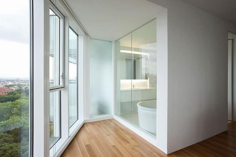 Высокие окна в полный рост в апартаментах в Бруклине