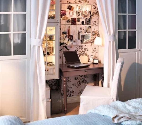 Домашний офис в спальне за шторкой