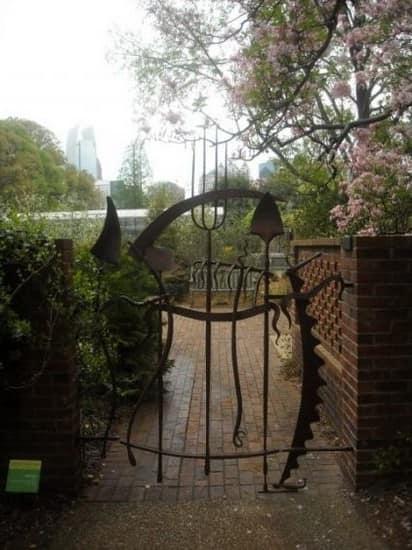 Кованая калитка со стилизованными садовыми приборами