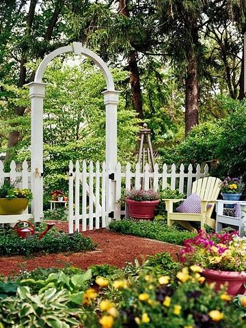 Деревянная белая калитка с аркой и забором